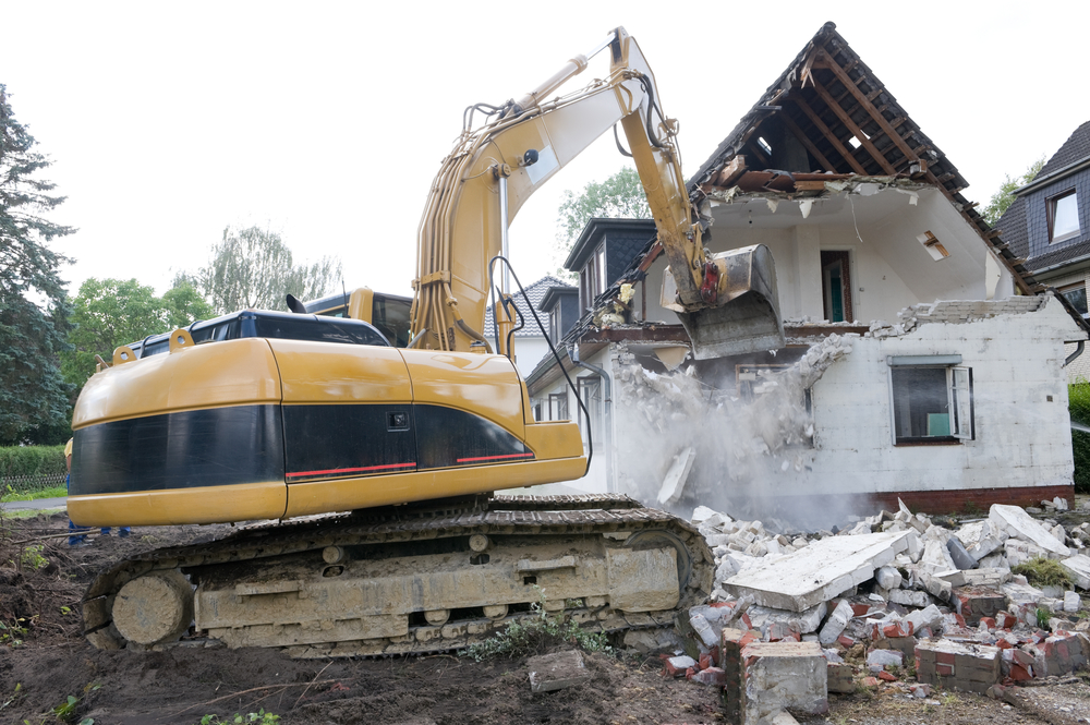 Abrissunternehmen reißt Haus ein
